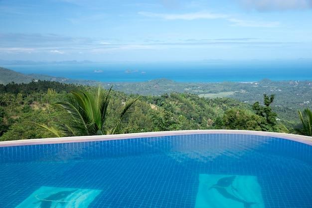 ココナッツの木と熱帯のスイミングプール