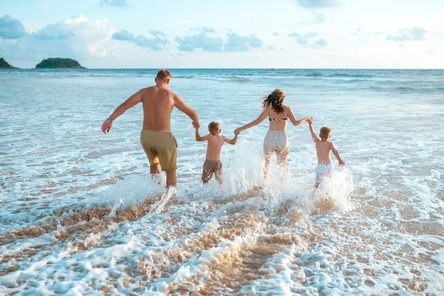 Тропический отдых для всей семьи Premium Фотографии