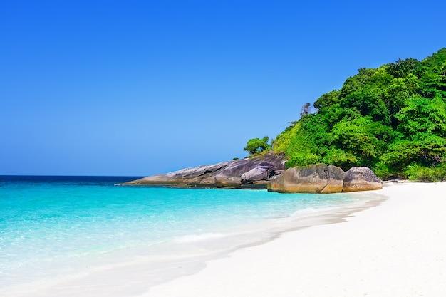 Тропический пляж с белым песком и голубое небо. симиланские острова, таиланд, пхукет.
