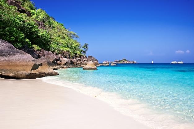 열 대 하얀 모래 해변 arainst 푸른 하늘입니다. 시밀란 제도, 태국, 푸켓