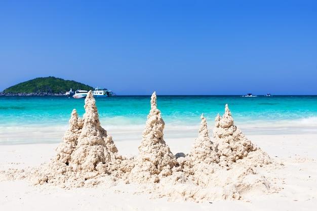 Тропический пляж с белым песком и голубое небо на симиланских островах, таиланд