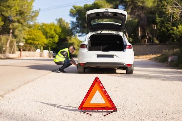 道路上の車のトラブルは緊急標識を置く必要があります