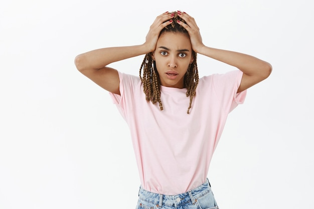 Обеспокоенная и обеспокоенная афро-американская девушка с большой проблемой выглядит напряженной