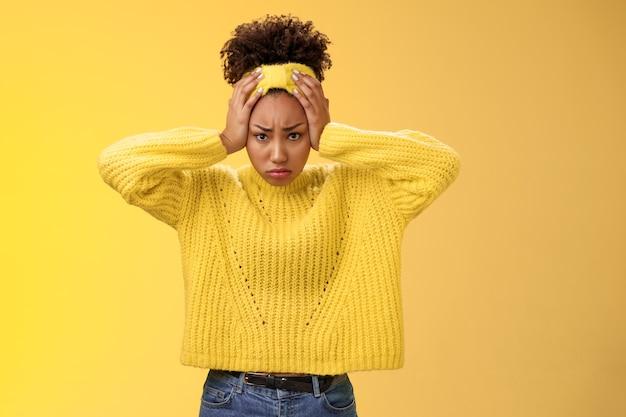 곤란한 우울한 당황한 매력적인 매력적인 아프리카계 미국인 소녀 귀찮은 머리를 만지고 문제를 찡그린 얼굴을 찡그린 얼굴을 해결할 수 없는 나쁜 상황에 스트레스를 참을 수 없습니다.