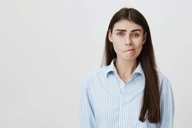 Беспокойная задумчивая женщина делает выбор