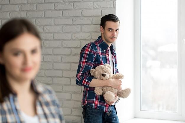 問題を抱えた若いハンサムな男。家族関係の問題の概念