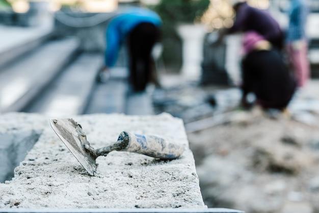 백그라운드에서 계약자와 건물에 흙 석고 서