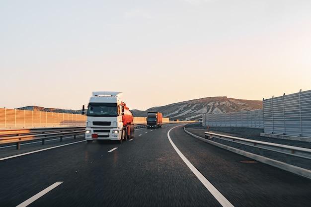 Вождение грузовика по шоссе на рассвете
