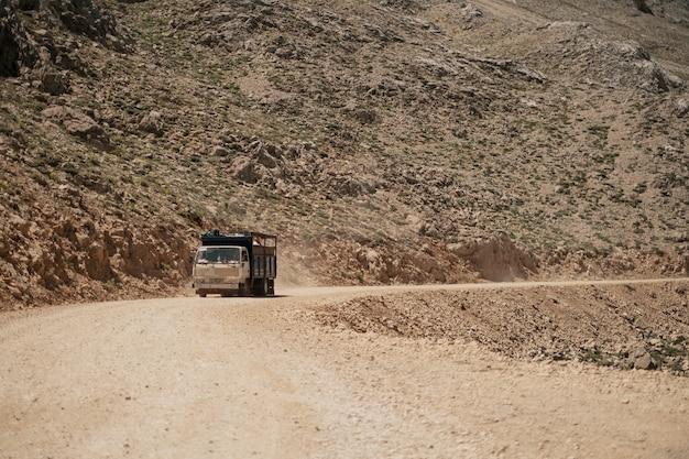 Грузовик едет по горной дороге