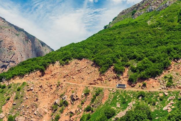岩の中の危険な山道のトラック
