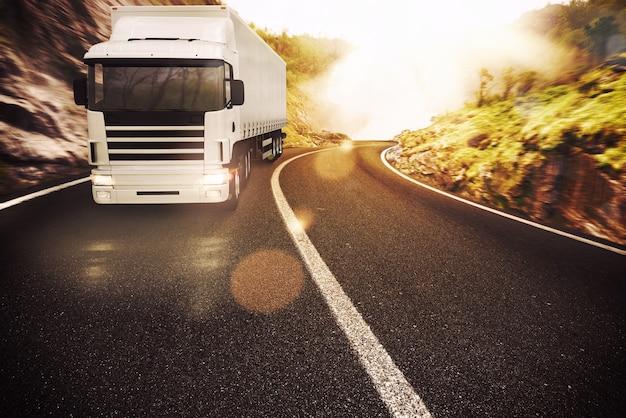 自然の風景の中の道路上のトラック
