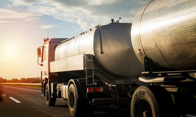 荷物を引っ張る高速道路のトラック。