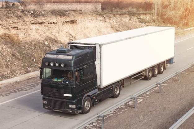 고속도로에서 트럭. 교통