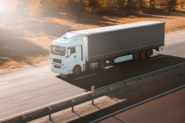 Грузовик на автомобильном грузовом транспорте