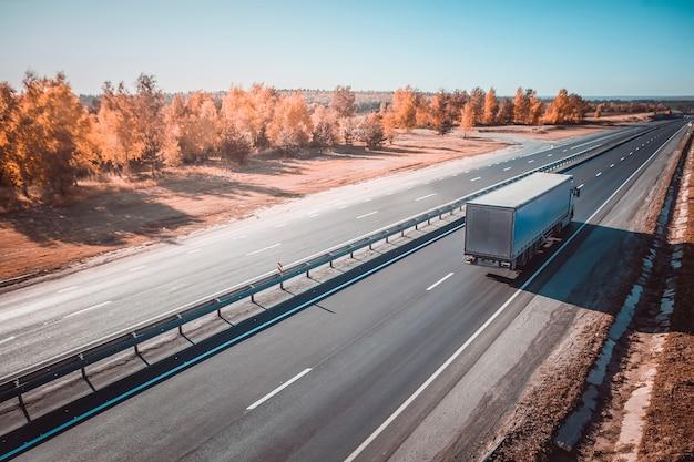 Грузовик в дороге, перевозка грузов