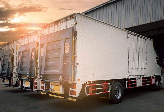 Стоянка для грузовиков на складе. промышленные грузовые грузовые автомобильные перевозки.