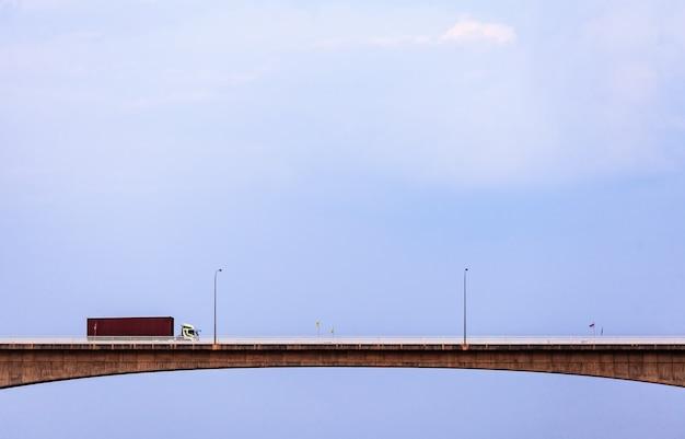 Грузовик на высоком мосту