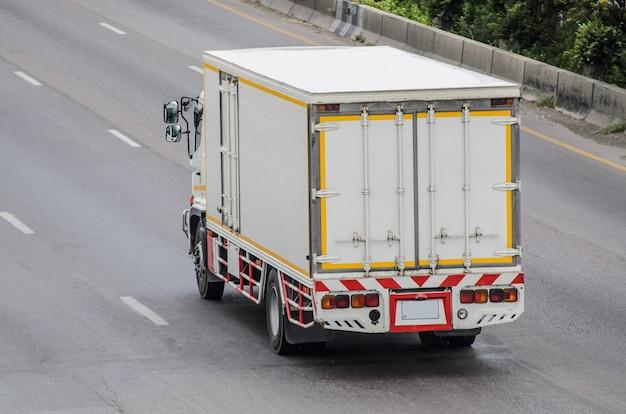 도로를 달리는 트럭, 도로 위의 작은 트럭.