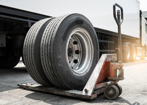スペアタイヤの交換を待っているトラックのスペアタイヤ。セミトラック。メンテナンスと修理。