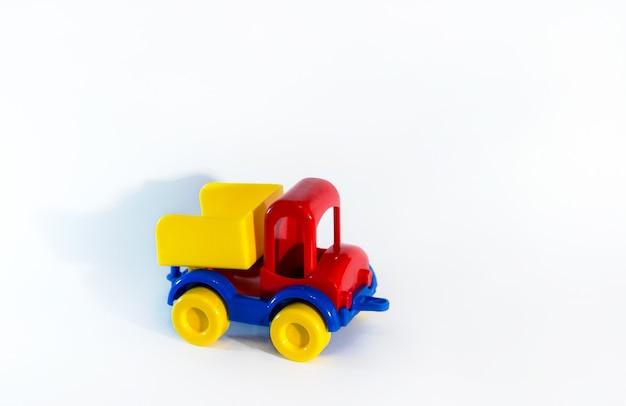 白で隔離のトラックのおもちゃの車