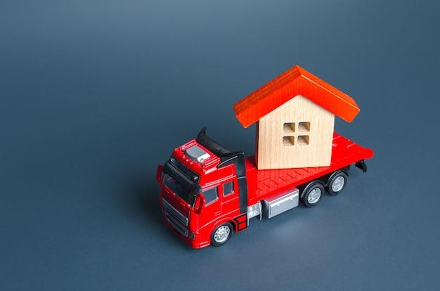 Грузовик перевозит дом услуги доставки в другой дом транспортная компания