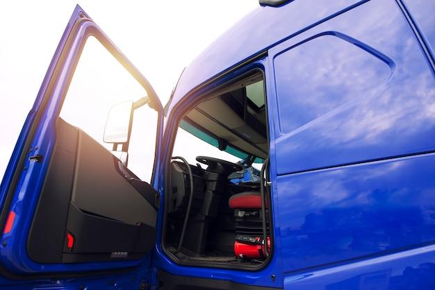 트럭 차량 수송 준비.