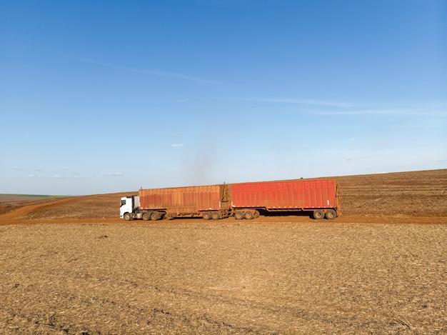 サトウキビを畑に積み込むのを待っているトラック。