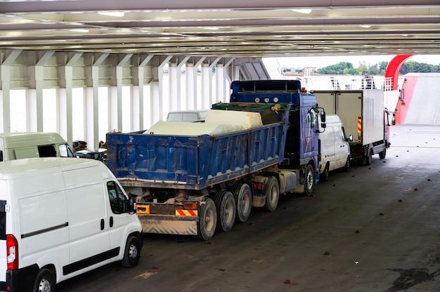 그리스 페리 보트 내부에있는 트럭과 미니 버스