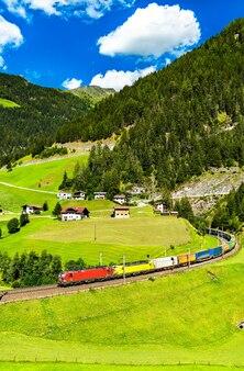 オーストリアのブレンナー峠で鉄道でアルプスを横断するトラック