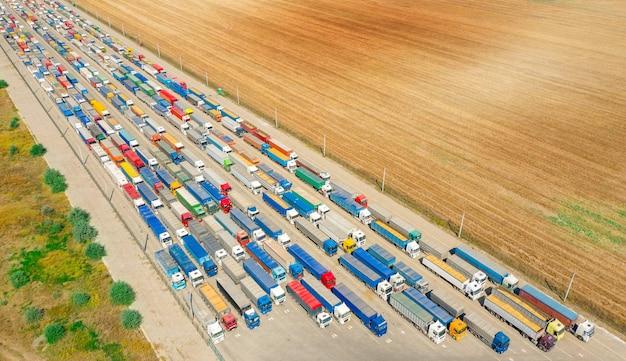 積み込みターミナルに並んでいるトラック。車による商品の輸送。