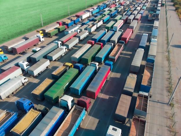곡물을 내리기 위해 항구의 터미널에 줄지어 있는 트럭들.