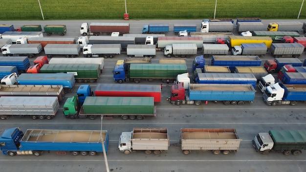 駐車場のトラック。貨物輸送、港の駐車場。