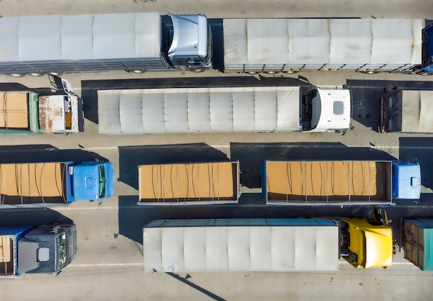 주차장에 있는 트럭, 트럭 위의 전망. 하역을 기다리는 주차장에서 물류 운송.
