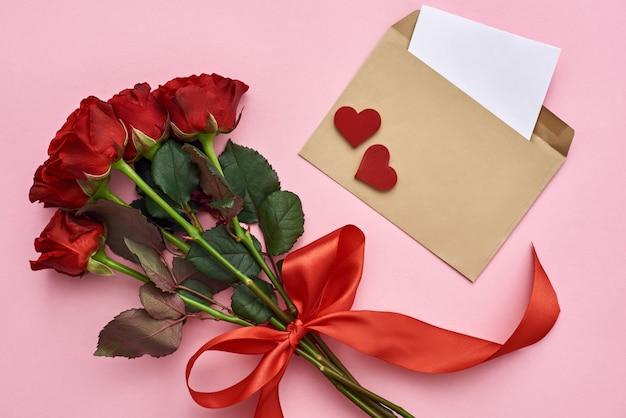 Настоящая любовь конверт с бумажной запиской, букет роз с красной лентой