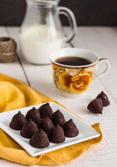 白地にコーヒーとクリームを入れたトリュフチョコレート