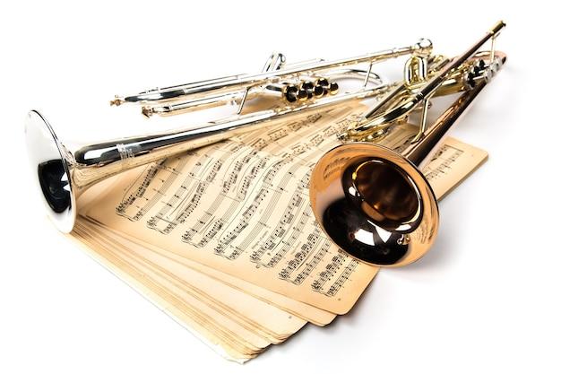 Трубы и старинные ноты
