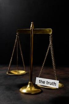 균형이 있는 진실 개념 배열