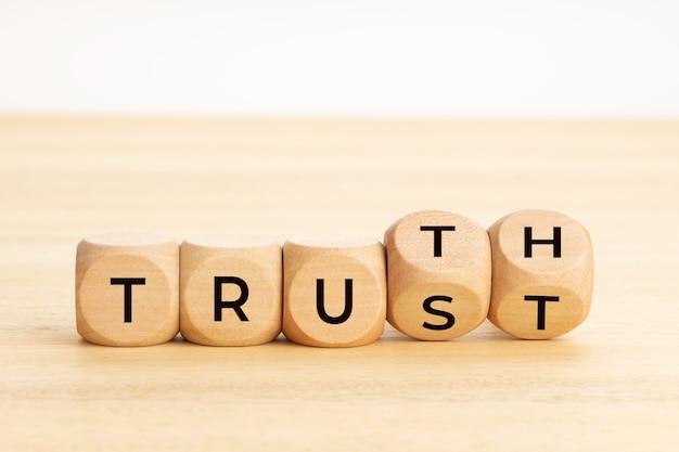 真実または信頼の概念。木製ブロックのテキスト