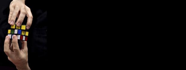 Попытка собрать кубик рубика черный фон открытый формат
