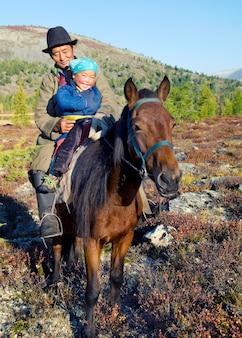 北モンゴルの遊牧民のtsaatanまたはdukha(トナカイの人々)。
