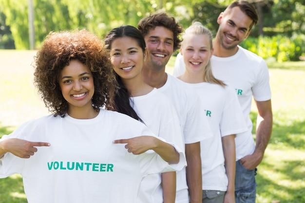 ボランティアのtshirtを示す環境主義者