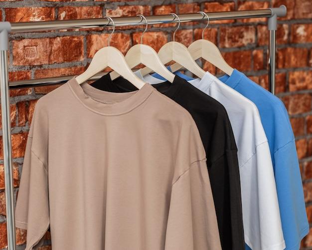 ファッション店の木製ハンガーの男性のためのtシャツ