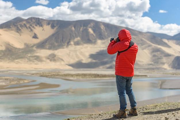 神聖な湖南tsoのほとりの写真家