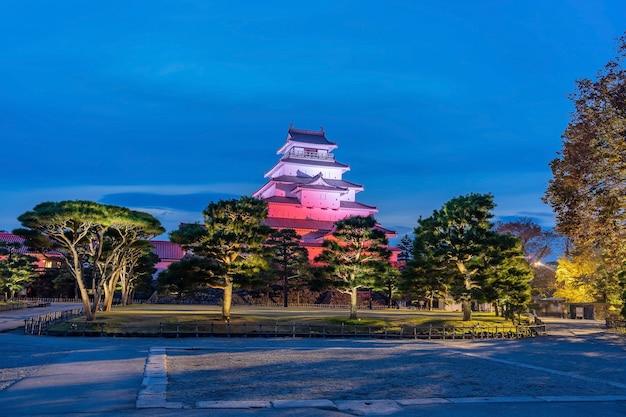 Замок цуруга-дзё, светится в ночное время. айдзу вакамацу, фукусима, япония.