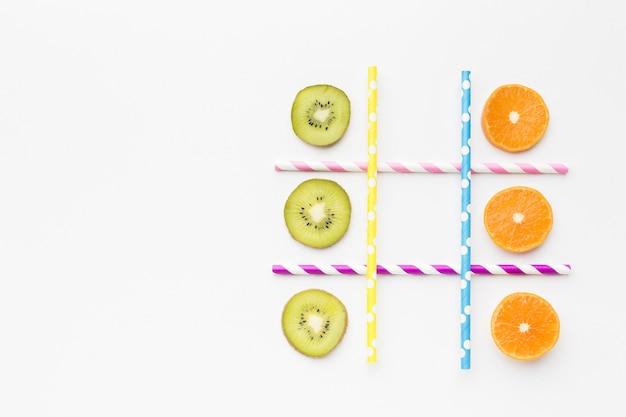 Gioco ttic-tac-toe con frutta e cannucce