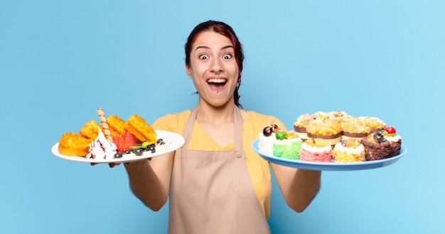 Женщина-работник пекарни tty с вафлями и пирожными