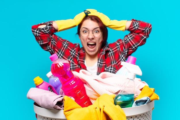 Тти девушка домработница стирает одежду