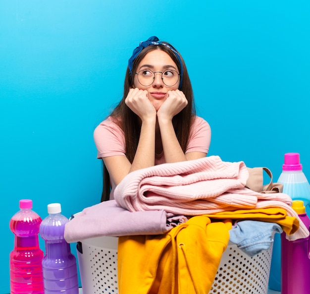 洗濯をする家政婦の女性