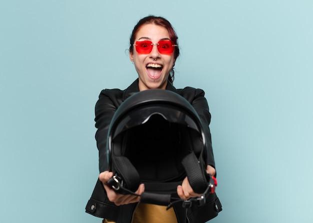 安全ヘルメットをかぶったtty女性バイクライダー