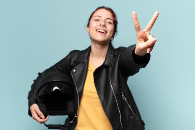 安全ヘルメットを持つtty女性バイクライダー